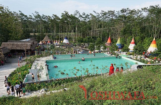 Kolam renang di kampung indian Kediri, Motretnya dari atas.
