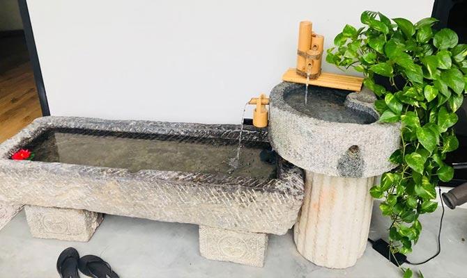 Kolam hias berbahan batu alam